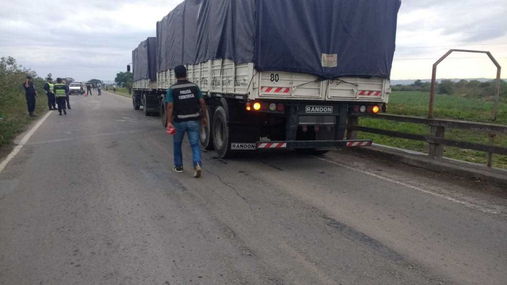 Motociclista chocó con un camión y murió