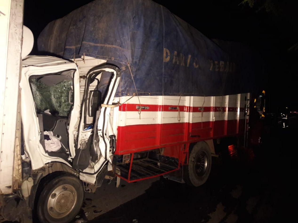 Dos camiones chocaron y un hombre quedó atrapado entre los hierros: se salvó de milagro