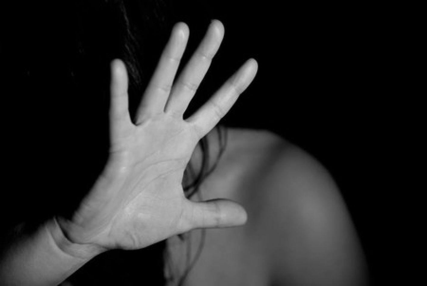 Detenido por golpear y herir a su pareja embarazada