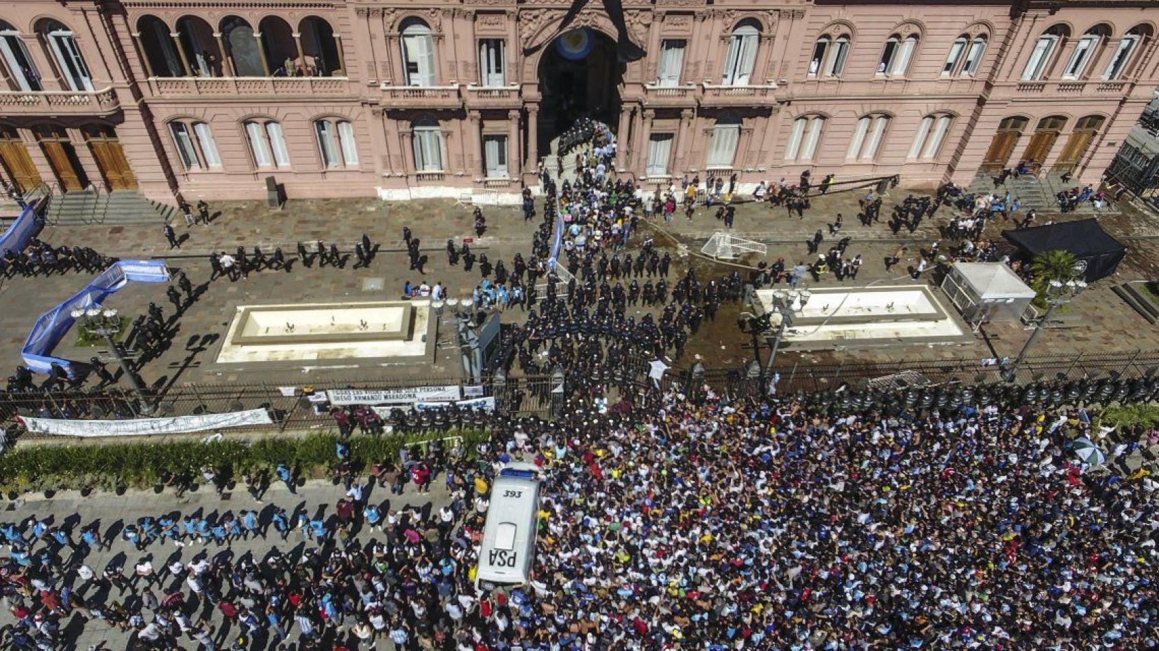 Tras los incidentes dieron por finalizado el velorio de Maradona y trasladan los restos al cementerio