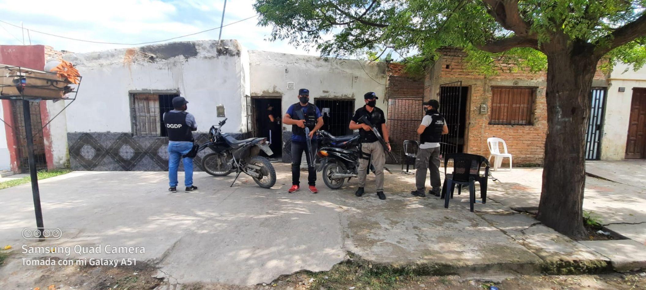 Tres detenidos, más de 100 dosis de droga, y miles de pesos secuestrados tras un operativo en el norte