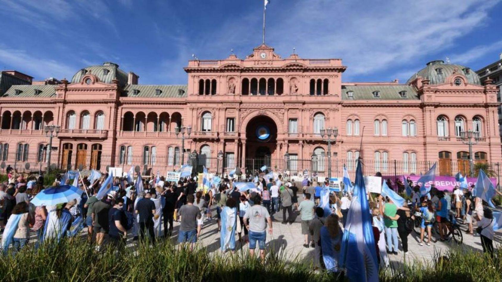 En las principales ciudades del país se manifiestan contra las Vacunas Vip y el Gobierno
