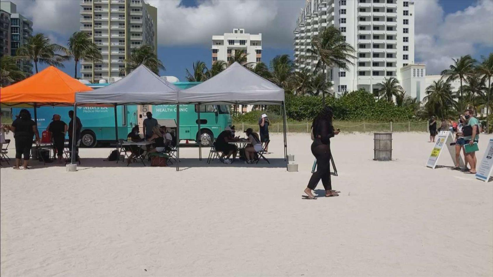 Coronavirus: en Miami vacunan en las playas y los argentinos hacen fila