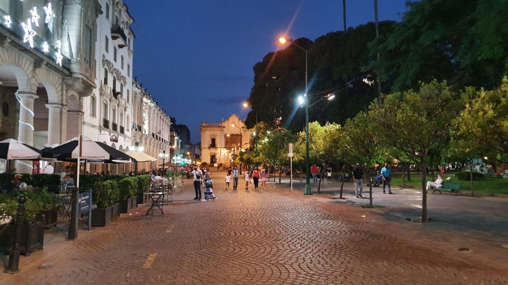 Plaza 9 de Julio vacía sin turistas