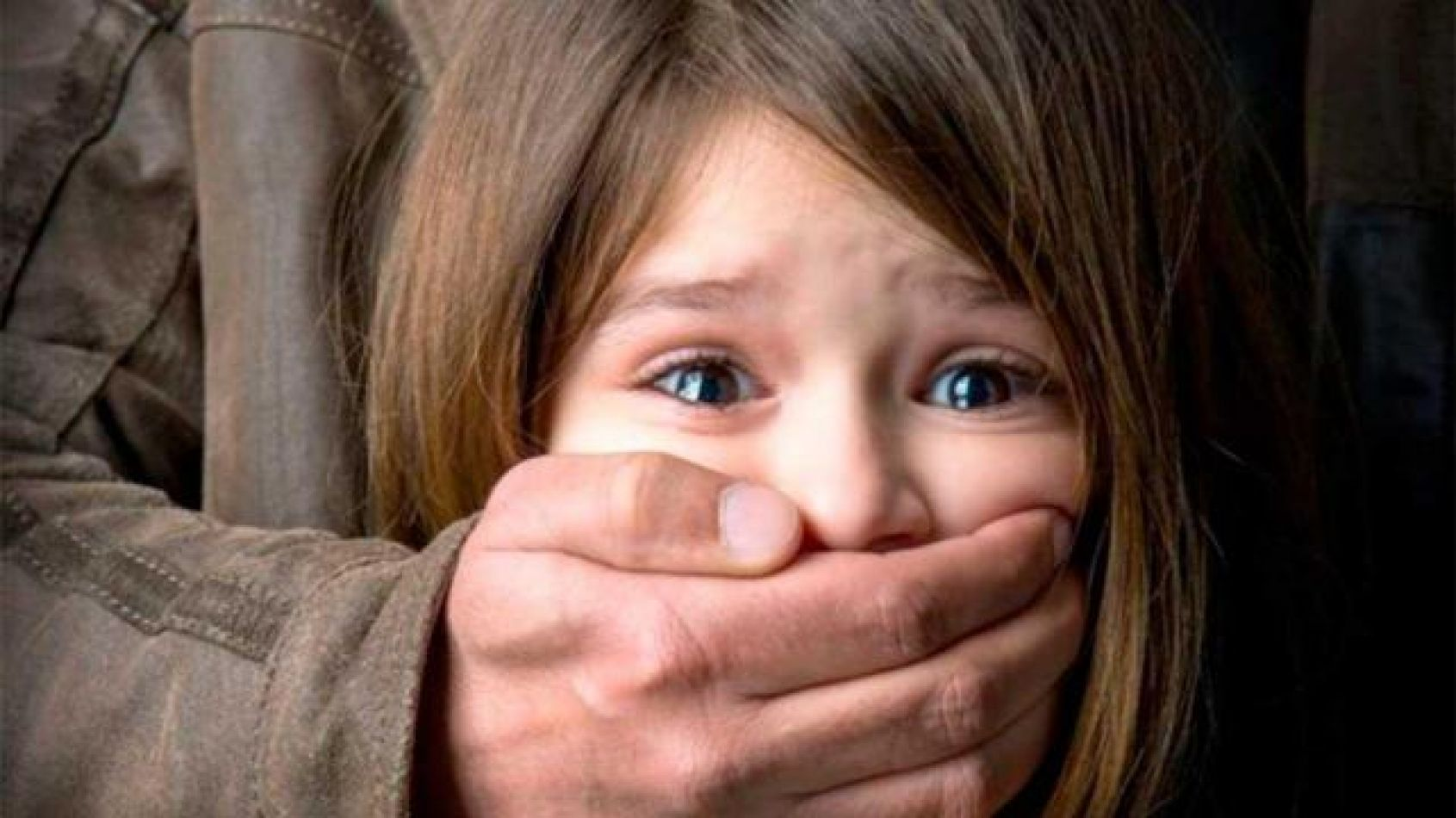 Obligaba a su hijastra a ver pornografía y luego abusaba de ella